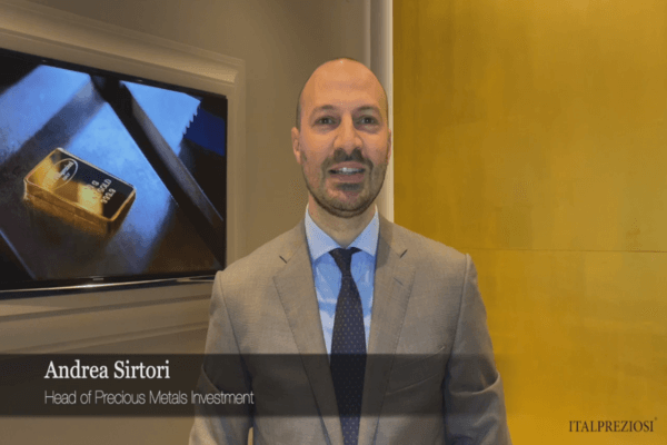 Andrea Sirtori, Precious metal Sales, in piedi con sfondo oro
