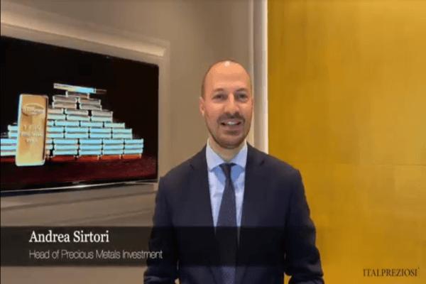 Andrea Sirtori, Precious metal Sales Italpreziosi, in piedi su sfondo oro