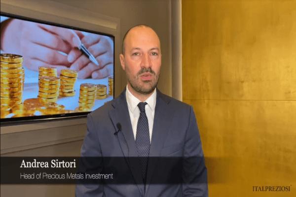 Andrea Sirtori, Head of Precious Metals Sales in Italpreziosi, su sfondo oro